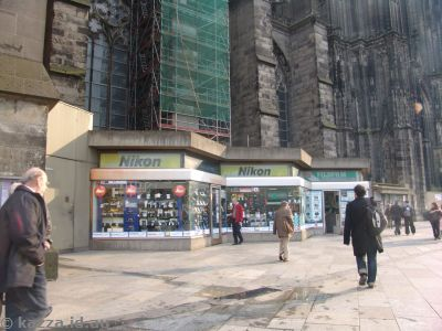 For some reason these shops setup on the side of the cathedral really annoyed me...
