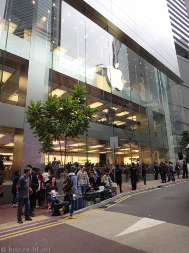 Those people on the footpath are selling cheap Chinese-imported iPhones.  Right outside the Apple Store.  !