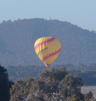 Questacon balloon in front of Mt Ainslie