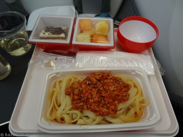 Dinner on the plane - pasta with chicken bolognase, fresh fruits, chocolate cherry cake