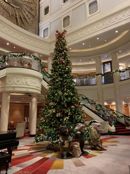 Christmas tree in the Grand Lobby of the Queen Mary 2