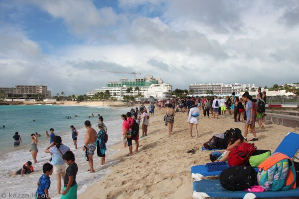 Crowds on Maho Beach