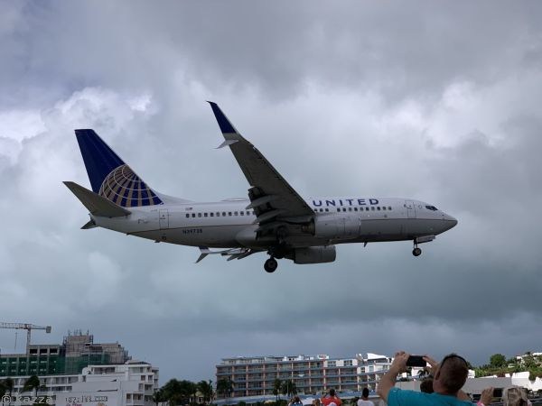 United Airlines N39728 Boeing 737-724(WL) landing at St Maarten