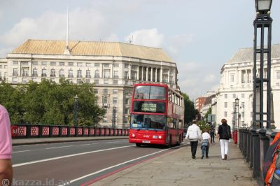 Bus on the Lambeth Bridge