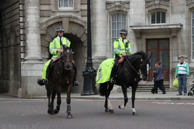Mounted police coming through Admiralty Arch
