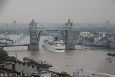 Alexander von Humbolt going through Tower Bridge