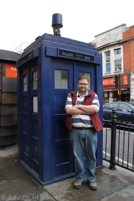 Stu and the Tardis at Earl's Court Station